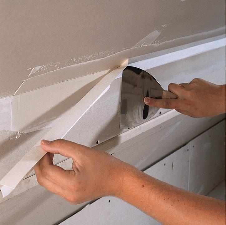 Vytmelení vnitřních rohů v podkroví pomocí tmelu Knauf Uniflott a papírové pásky.