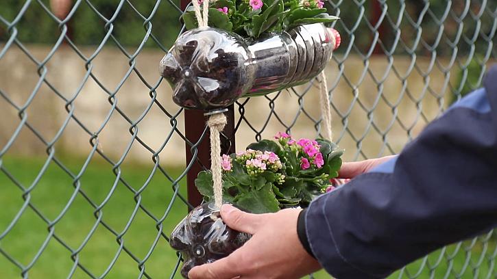 Truhlíky s květinami zavěste třeba na balkoně, zahradě nebo pergole (Zdroj: Prima DOMA)