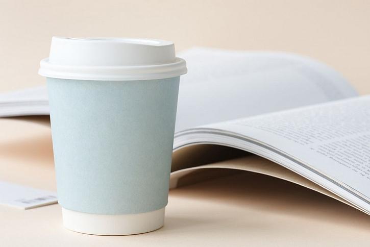 Tradiční papírové kelímky nejsou recyklovatelné. Pokud si přinesete vlastní hrneček nebo recyklovatelný kelímek můžete v některých kavárnách získat na kávu s sebou i slevu