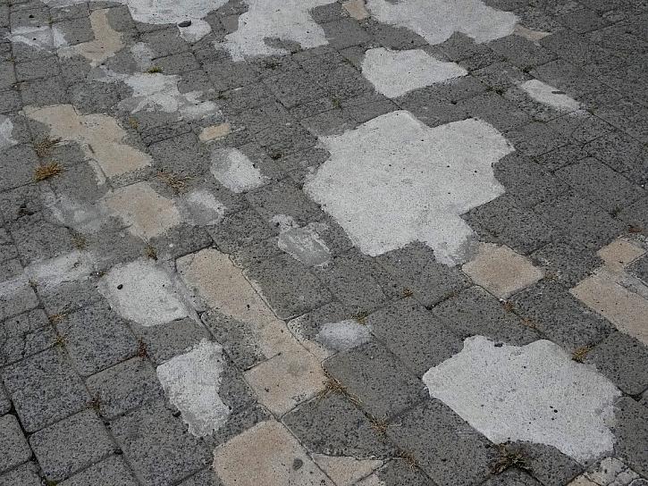 Antikutil – chodník samá záplata