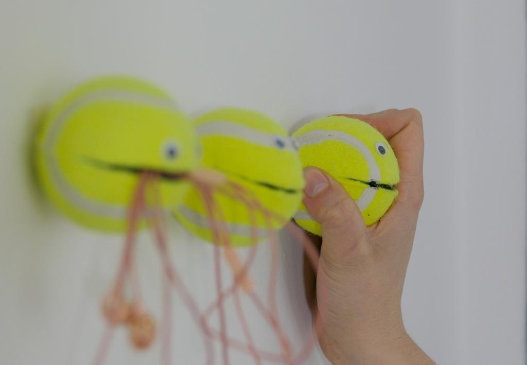 Jak vyrobit netradiční držáčky na drobnosti: Smajlíci ztenisáku