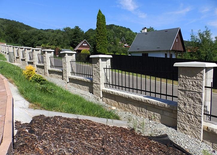 U sloupkového plotu lze zvolit kovové nebo dřevěné výplně