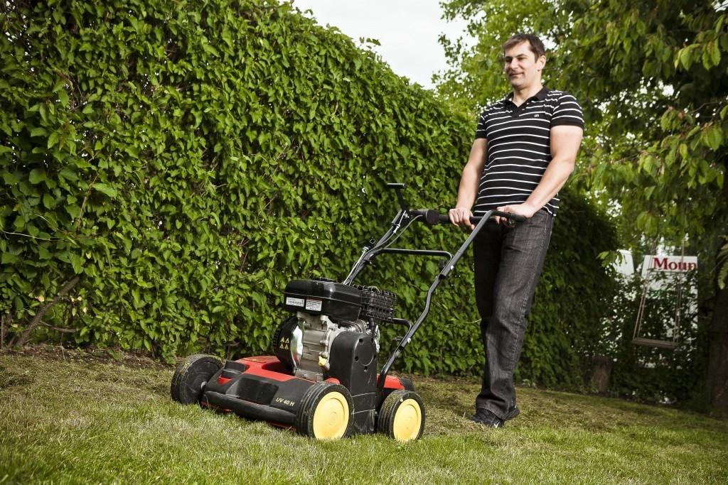 Stroje na probuzení trávníku – právě přišel jejich čas!