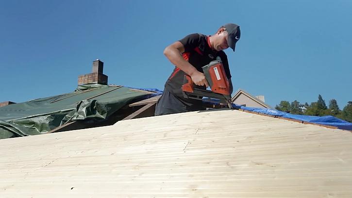 Začínají se montovat palubky na střechu