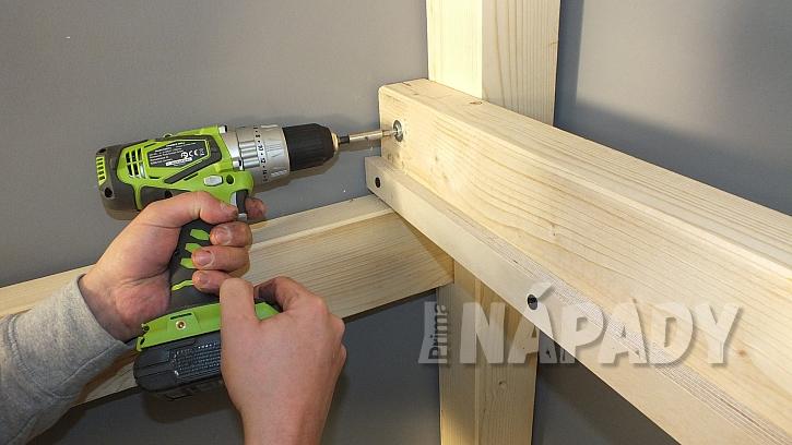 Výroba zvýšeného patra: bočnice patra přišroubujeme zevnitř nohou