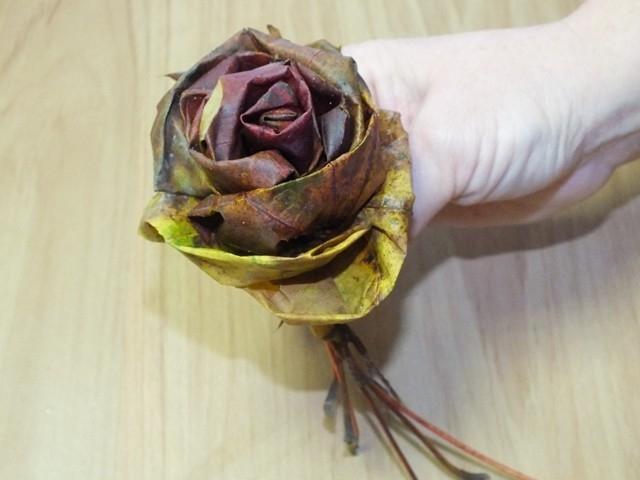 Jak vyrobit růže z listí