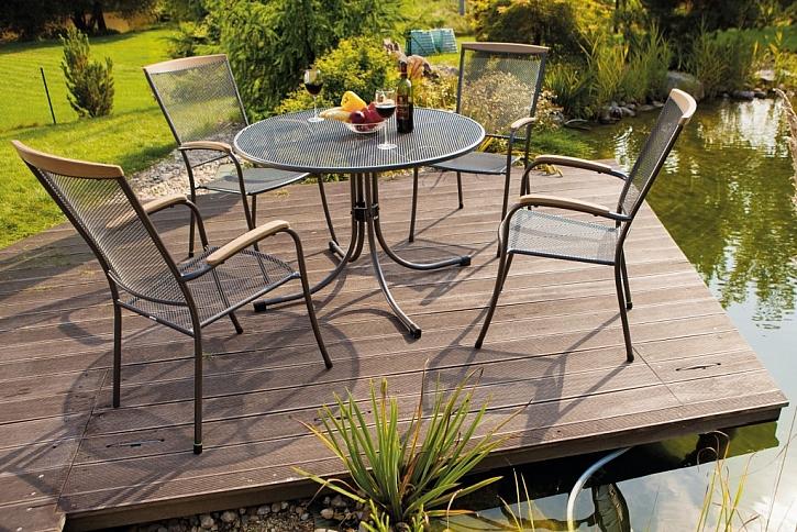 O nábytek z tahokovu se nemusíte starat. Díky své povrchové úpravě nepodléhá korozi, takže na vaší zahradě či terase může být umístěn takřka celoročně.