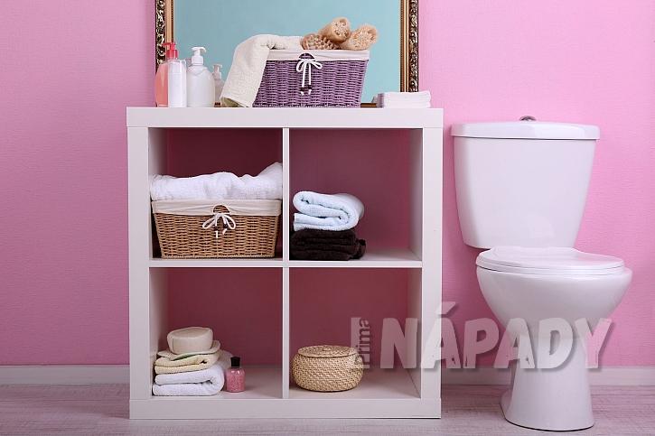Police s úložným prostorem v koupelně