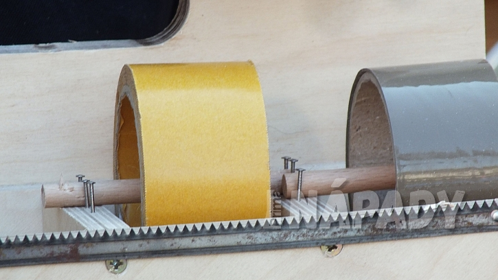Stojánek na pásky a provázky: na přední hranu boxíku přišroubujeme plátek z pilky na dřevo