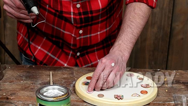 Hodiny z kuchyňského prkénka: nalepíme knoflíky jako ciferník