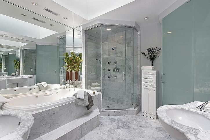Díky odtokovému žlabu získá koupelna větší a vzdušnější vzhled (Zdroj: Depositphotos)