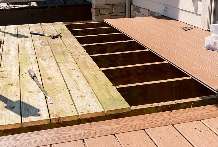 Mnohdy už je dřevo nahrazováno dřevoplastovými prkny, a to i na podlahách v pergole. Jeho výhody jasně převažují