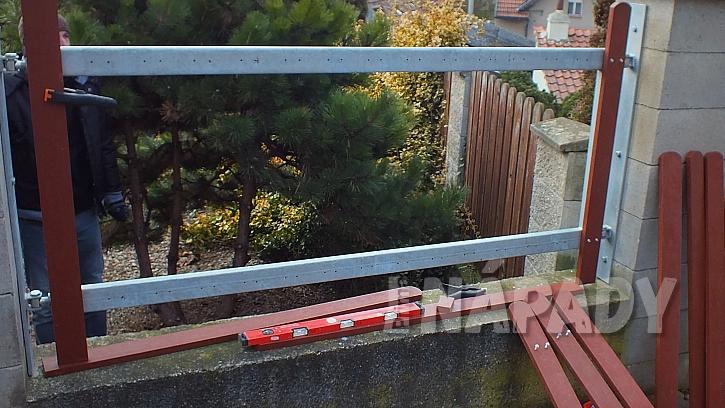 Výměna starých plotových planěk za plastové  6