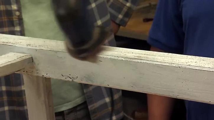 Broušení nátěru do patiny