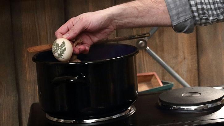 Barvení vajec v cibulových slupkách: vejce v punčoše vložíme do vroucí vody a uvaříme