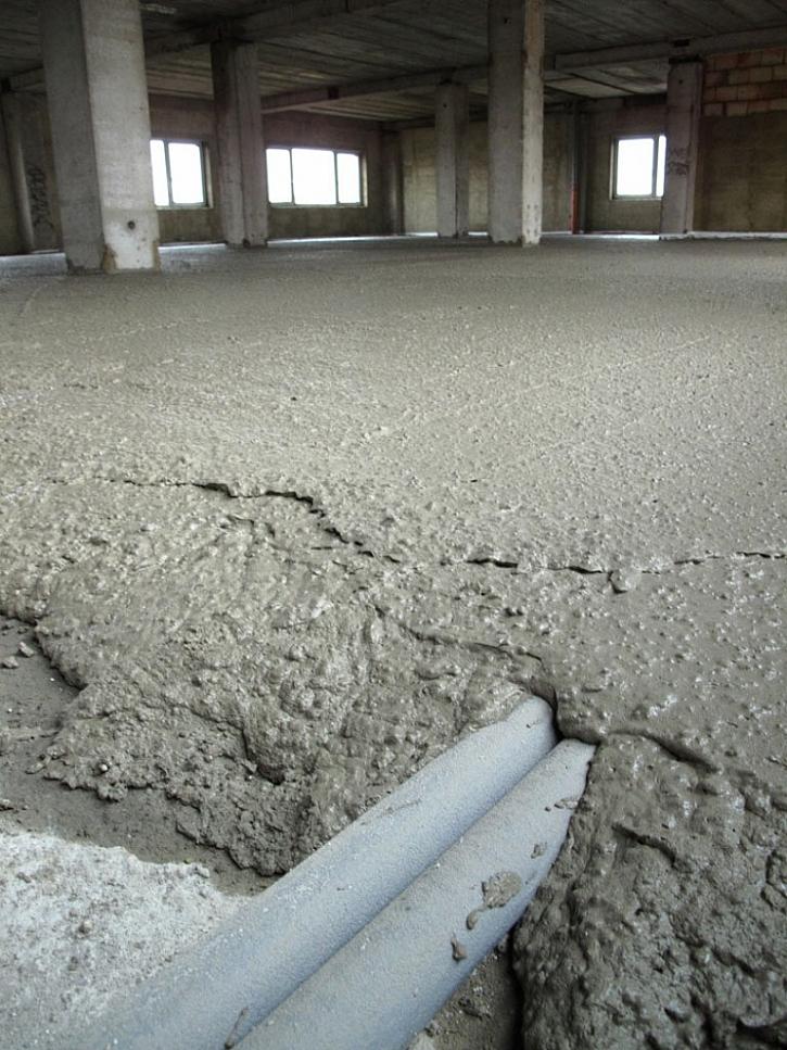 Pěnobeton je tvarově snadno přizpůsobitelný a poskytuje ochranu podlahovým rozvodům
