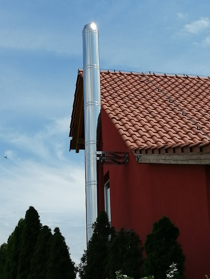 Nerezovy komin Schiedel ICS je mozne kotvit na fasade