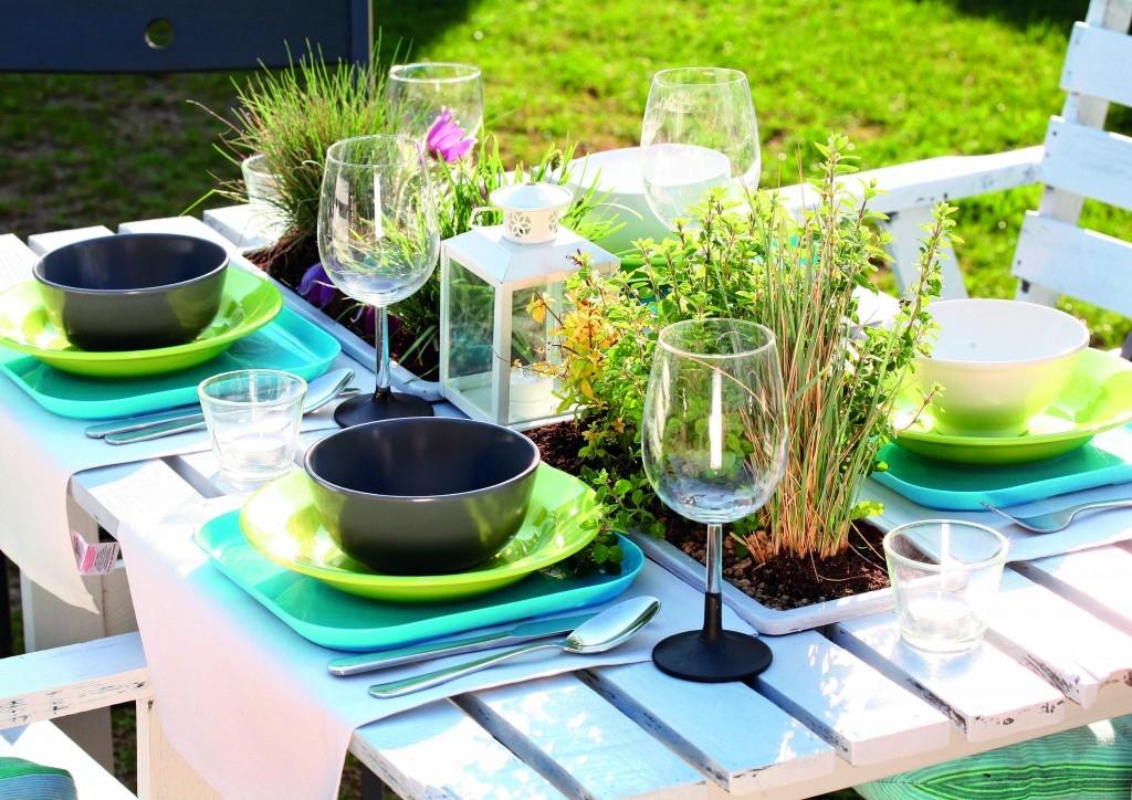 Zahradní stůl s květinami