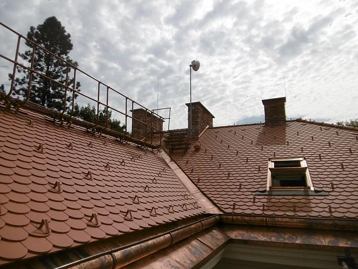 Pravidelnou revizí střešních prvků zajistíte bezpečný pohyb po střeše