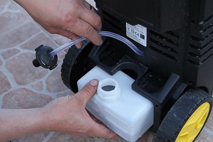 Zezadu je integrovaná nádoba na saponát - platí pro myčku REPW 150