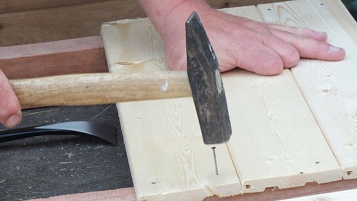 Jak vyrobit přístřešek na dřevo: celou plochu žebříku potlučeme palubkami
