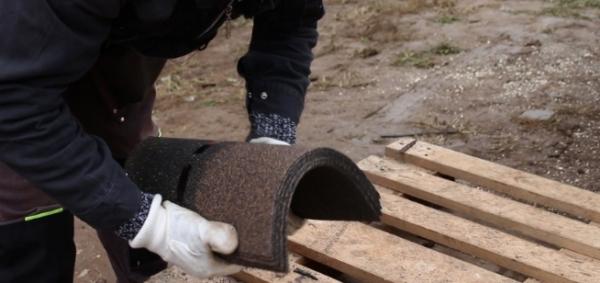 Zakončení šindelů u hřebene a pokládka šindelů na hřeben
