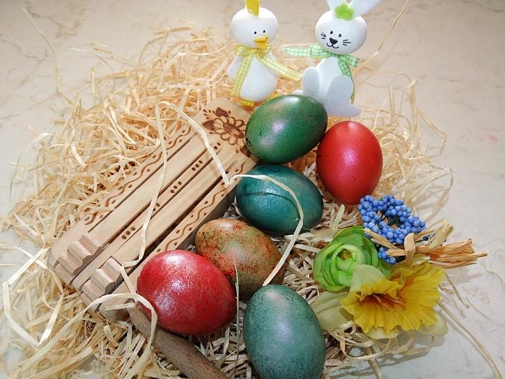 Zdobení velikonočních vajíček – barvení a obtisky