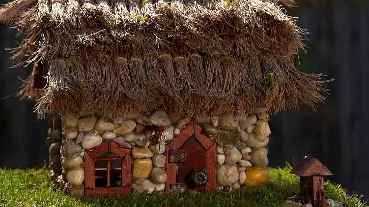 Dekorativní barevné domečky z oblázků.