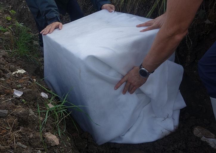 Bloky zabalte do geotextilie s překrytím min. 30 cm, u větších galerií min. 50 cm.
