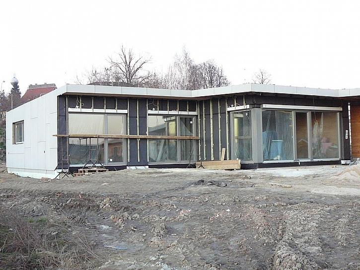 Vzniká dům moderního pojetí s fasádou tvořenou fasádními deskami