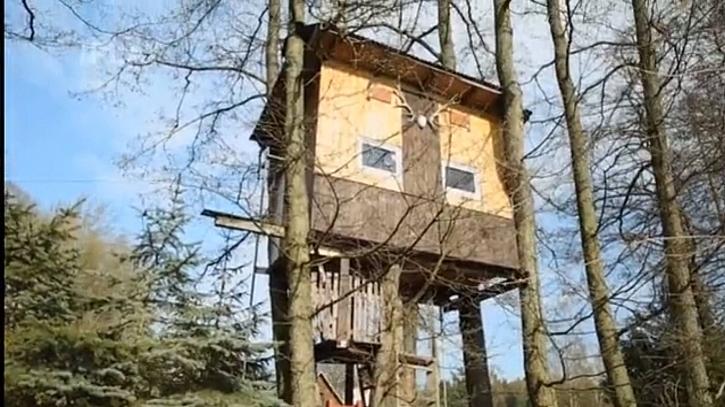 Krásný domek na stromech je sen každého malého kluka.