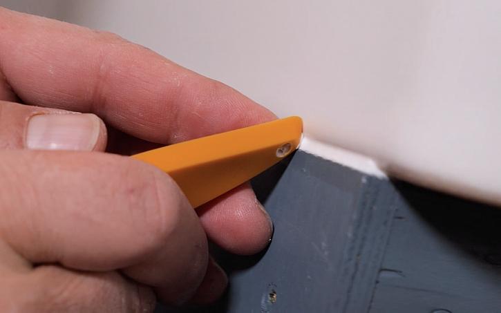 Aplikace silikonu pomocí stěrky