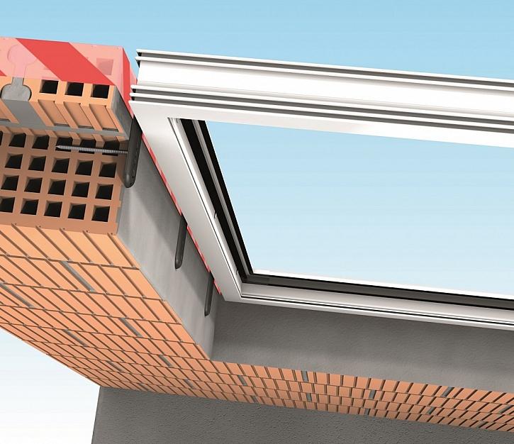 JB-D®/L-P deska pro upevnění předsazeného okna do ostění a nadpraží. Deska je připevněna čepem, který prochází multifunkční těsnící páskou bez jejího poškození.