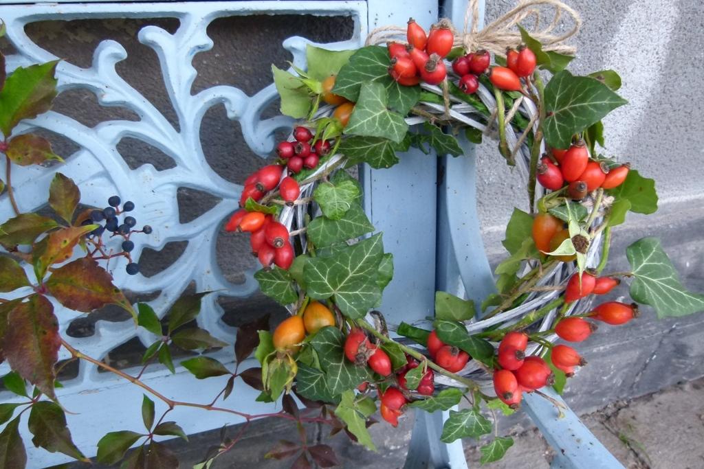 Věneček se šípky aneb Podzimní dekorace vpřírodním stylu