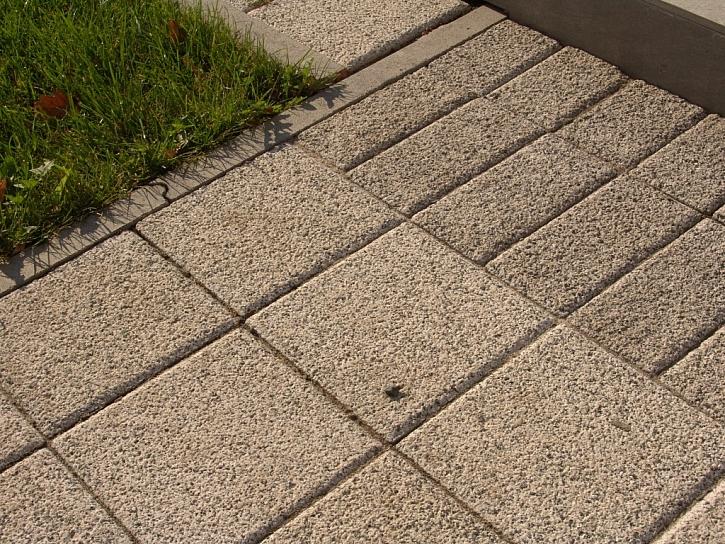 Dlažba nejčastější dotazy: Je vhodnější dlažbu po položení zasypávat pískem nebo nechat s nevyplněnými spárami?