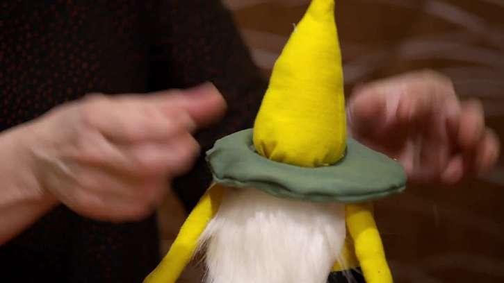 Pod klobouček přilepte kus kožešinky ve tvaru trojúhelníku, tím naroste skřítkovi plnovous