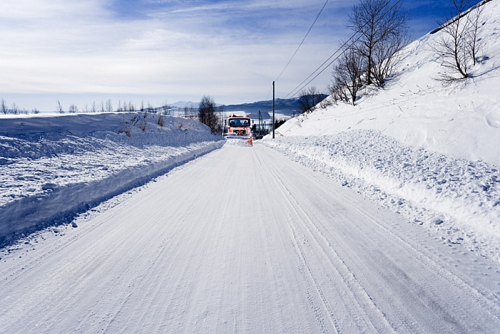 Zimní posyp proti sněhu a náledí aneb co dělat, když prokluzují kola na sněhu?