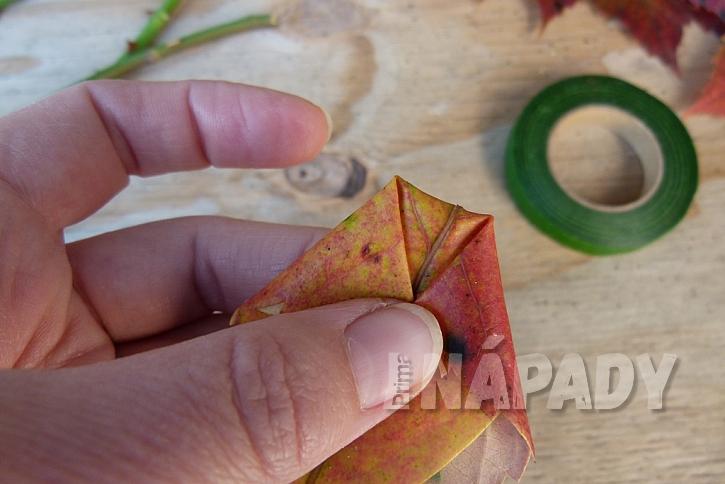 Růže z barevného podzimního listí: špičky k sobě