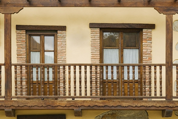 Krásné soustružené zábradlí ze dřeva dodá na eleganci