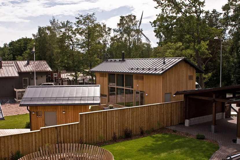 Kombinace přírodních materiálů - dřevo, sklo a ocel ve finské architektuře domunije.