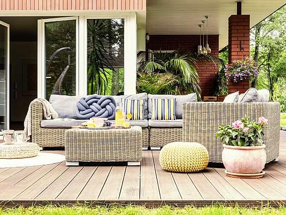 Aby vám venkovní nábytek skýtal příjemné posezení, musí být udržován v čistotě.  (Zdroj: Depositphotos)