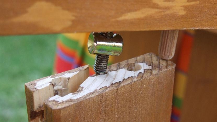 Povolením jednoho spoje došlo k řetězové reakci a dřevo popraskalo
