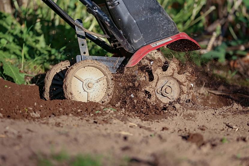 Rotavátor vám usnadní práci s obděláváním políčka pro pěstování zeleniny. Zkrátka nepostradatelný zahradní stroj