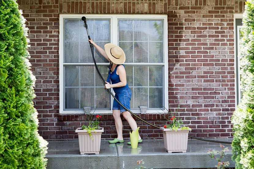 Na mytí oken proudem vody v zimě zapomeňte