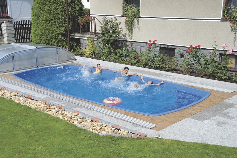 Sklolaminátové bazény vynikají pevností a snadností instalace. Je ovšem potřeba počítat s větším přístupovým prostorem. Na zahradu se totiž přivážejí jako monolitní těleso. Foto: Calypso
