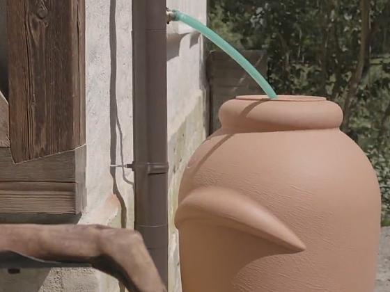 Odvod vody z okapu pomocí odbočky do keramické nádoby (Zdroj: Prima DOMA MEDIA, s.r.o.)