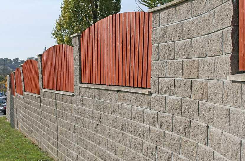 Díky chybějící výztuži se plot začal kácet.