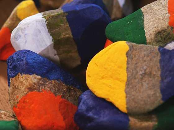 Vyrobte si barevné domino z plochých kamínků (Zdroj: Prima DOMA)