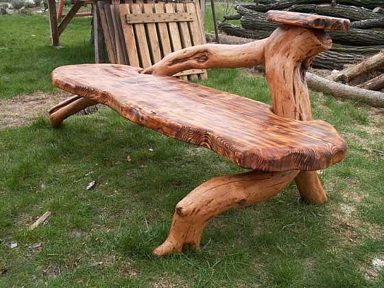 Nezahazujte velkou větev z pokáceného stromu. Vyrobte si z ní zahradní lavici podle jednoduchého návodu.