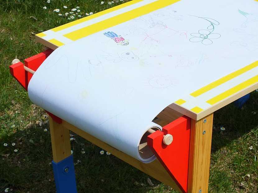 dětský stůl s nekonečným papírem